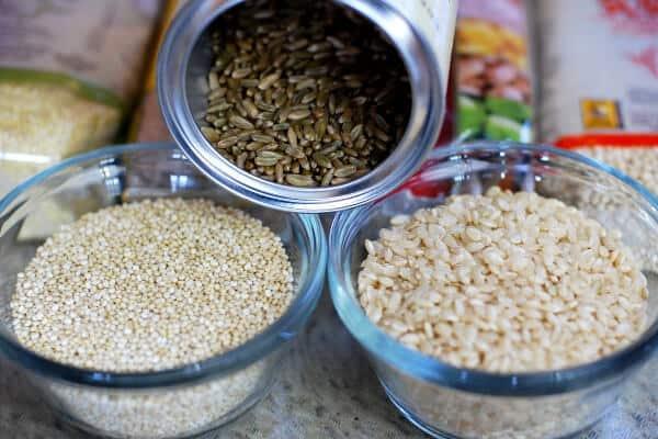 tres platos diferentes con semillas y quinoa
